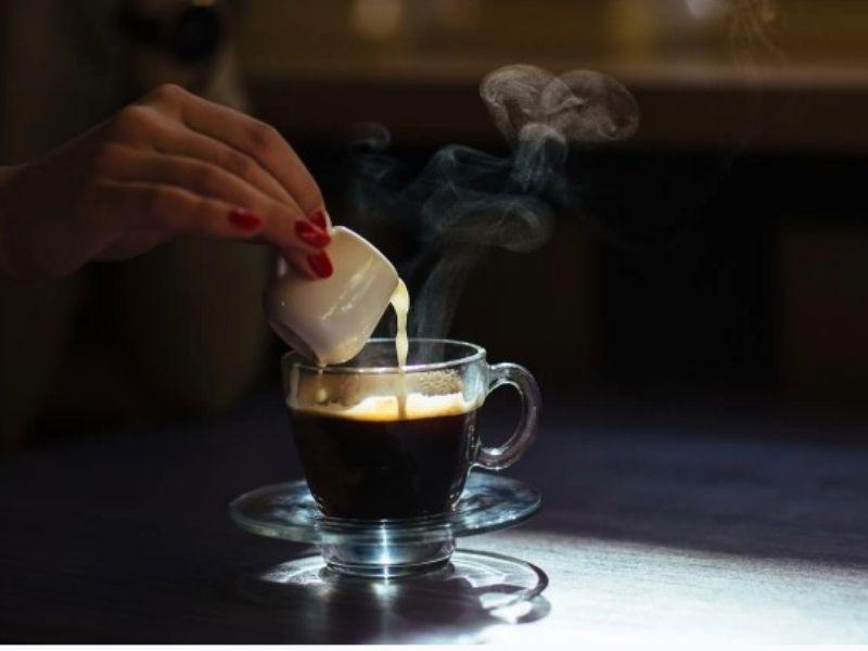 Un poco más de leche en el café